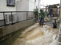 コンクリートの床を高圧洗浄